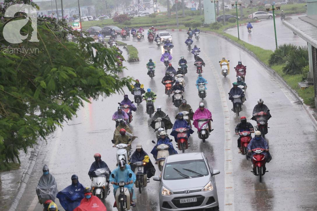 Mong mỏi đến hao mòn, cuối cùng Hà Nội cũng đã có mưa sau bao ngày nóng như chảo lửa - Ảnh 14.