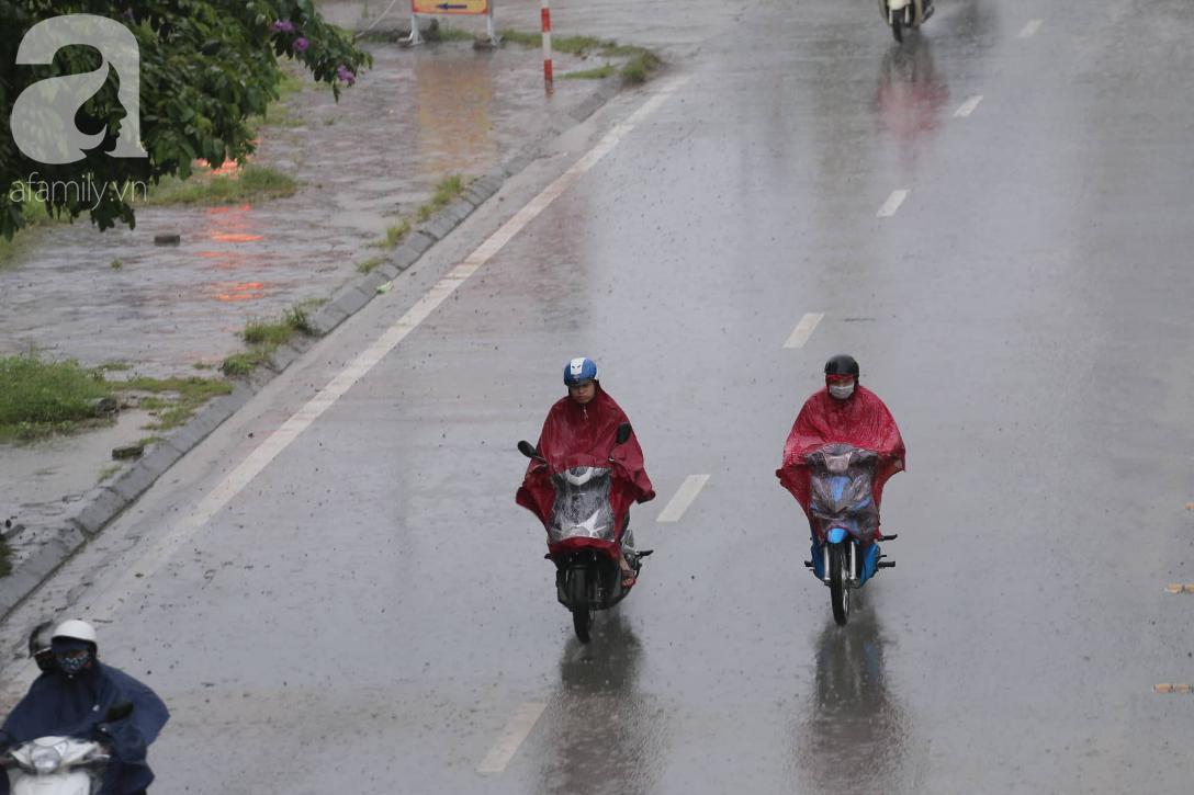 Mong mỏi đến hao mòn, cuối cùng Hà Nội cũng đã có mưa sau bao ngày nóng như chảo lửa - Ảnh 15.
