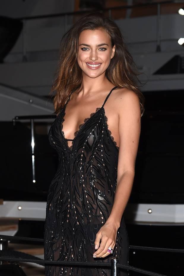 Nhìn lại tuyển tập trang phục trắc nết nhất Cannes, cuối cùng cũng tìm ra đối thủ xứng tầm với Ngọc Trinh - Ảnh 12.