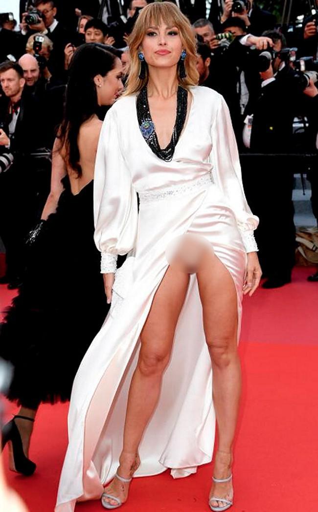 Nhìn lại tuyển tập trang phục trắc nết nhất Cannes, cuối cùng cũng tìm ra đối thủ xứng tầm với Ngọc Trinh - Ảnh 14.