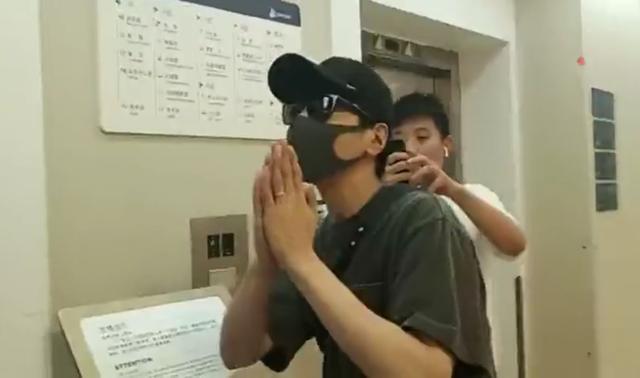 Dạ Hoa Triệu Hựu Đình chắp tay cảm tạ truyền thông, tất bật ở bệnh viện chăm vợ mới sinh - Ảnh 1.