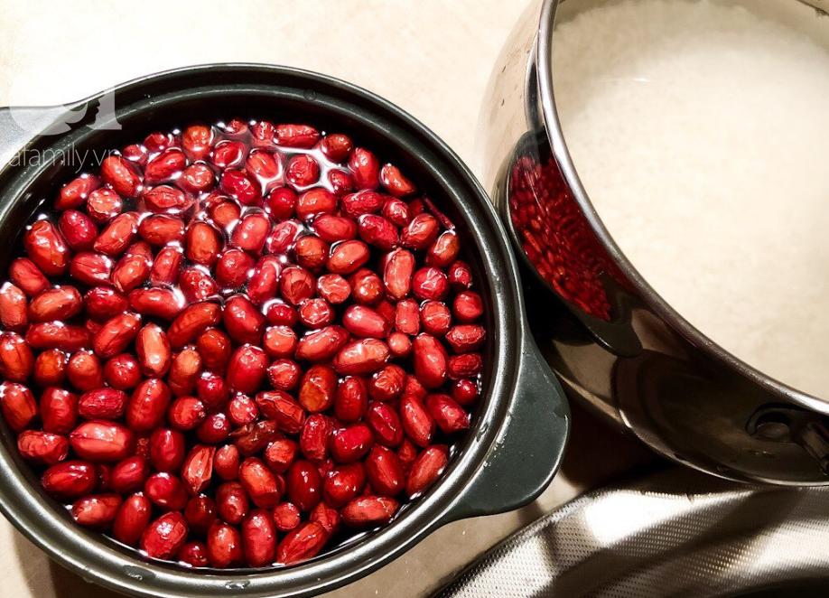 Cách dùng nồi cơm điện nấu xôi lạc mềm ngon thần sầu, vụng mấy cũng thành công - Ảnh 1.