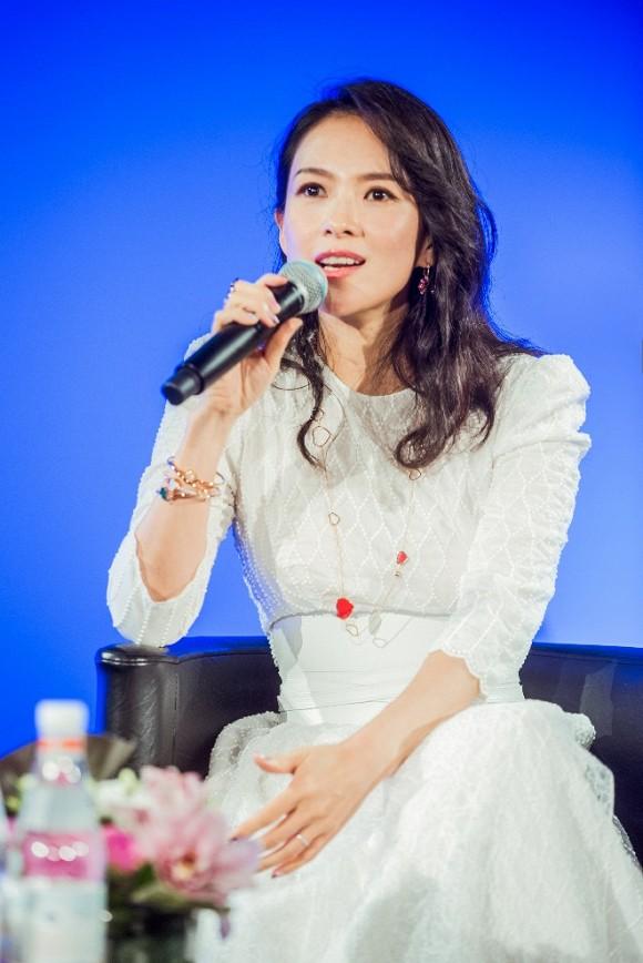 Bị hỏi khó về chuyện giật vai với Triệu Vy, Phạm Băng Băng, Chương Tử Di đã có câu trả lời cực chất bên lề LHP Cannes - Ảnh 3.