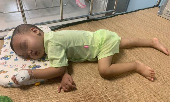Bé trai 2 tuổi bị bỏ quên mảnh kim loại trong thực quản: Lời cảnh báo của bác sĩ tới các gia đình có con nhỏ - Ảnh 2.