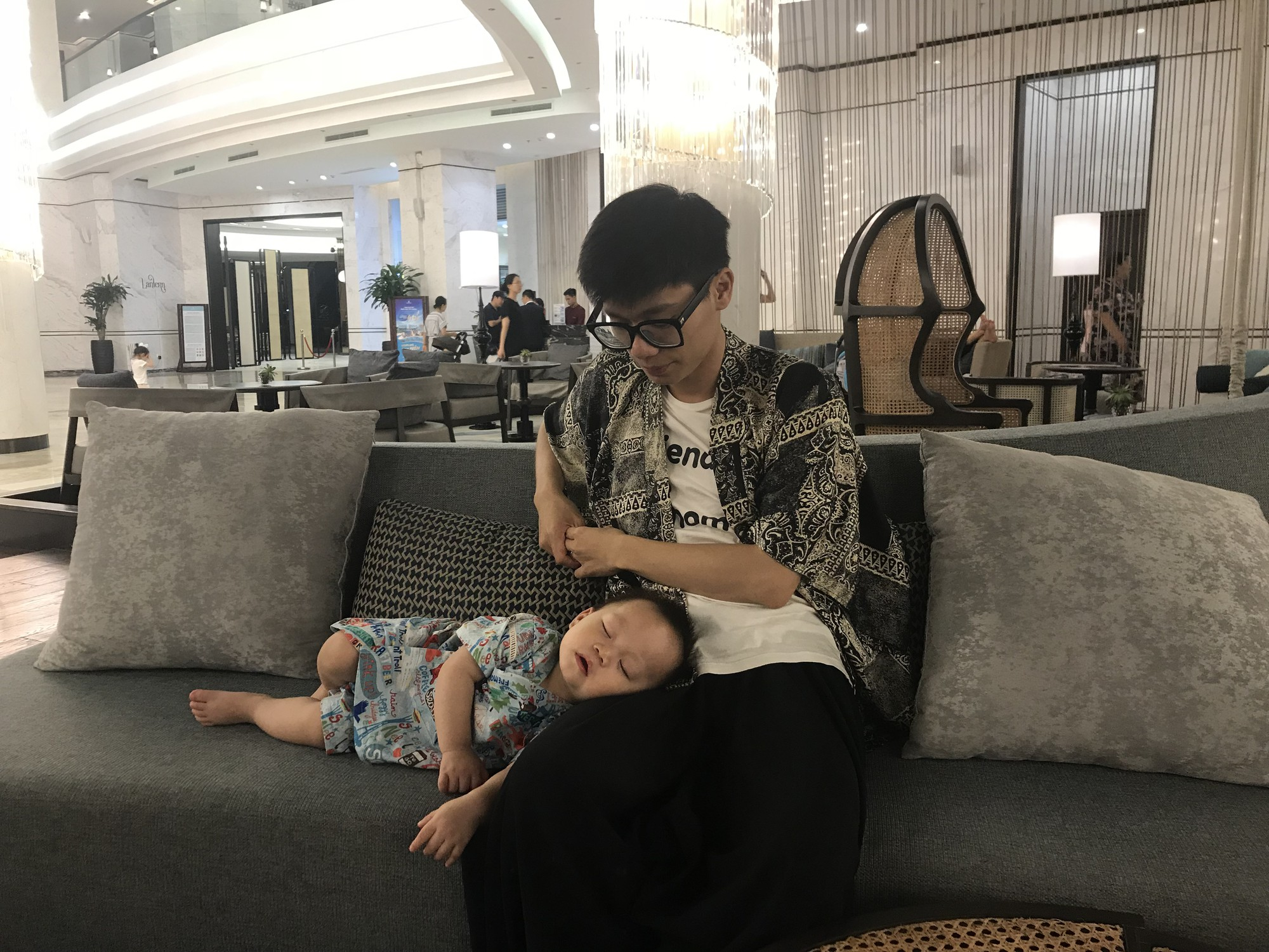 Luyện ngủ cho con từ khi mới lọt lòng, ông bố MC cùng con vi vu đi du lịch và cho bé ngủ bất kỳ đâu cũng được - Ảnh 3.