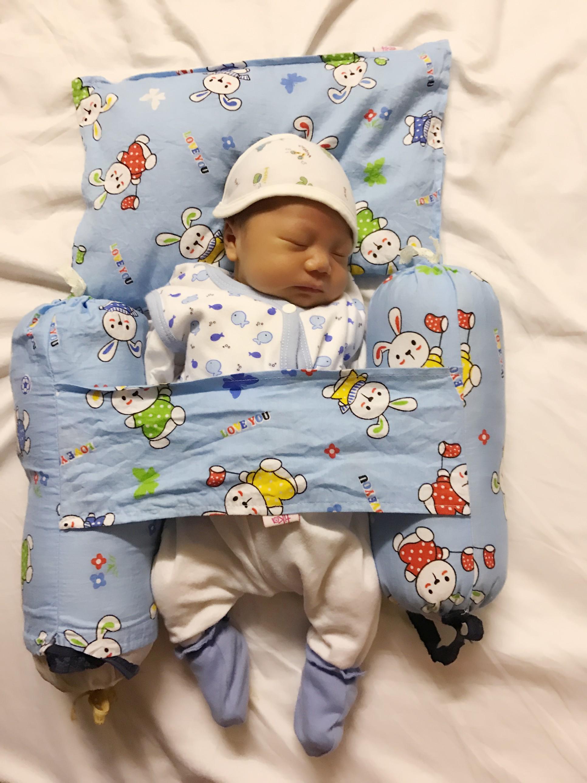 Luyện ngủ cho con từ khi mới lọt lòng, ông bố MC cùng con vi vu đi du lịch và cho bé ngủ bất kỳ đâu cũng được - Ảnh 4.