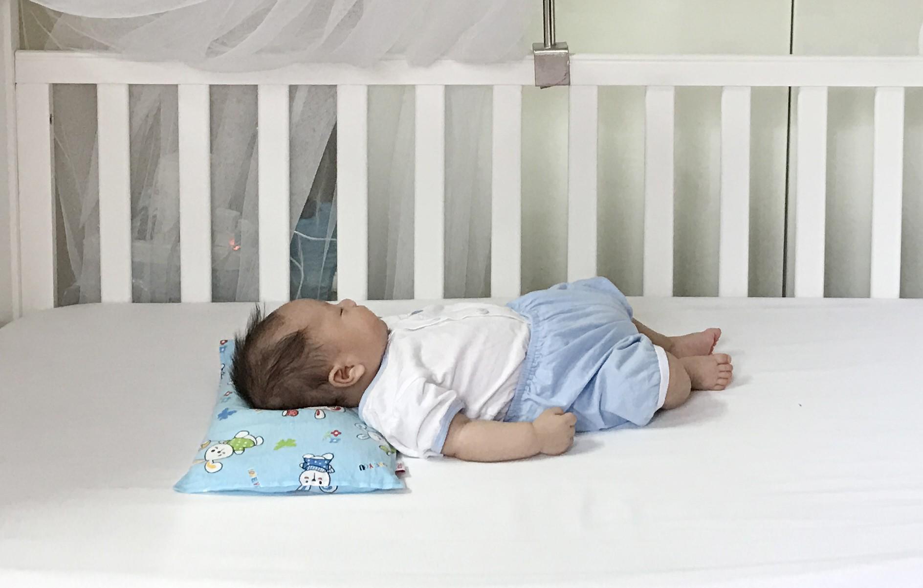 Luyện ngủ cho con từ khi mới lọt lòng, ông bố MC cùng con vi vu đi du lịch và cho bé ngủ bất kỳ đâu cũng được - Ảnh 6.
