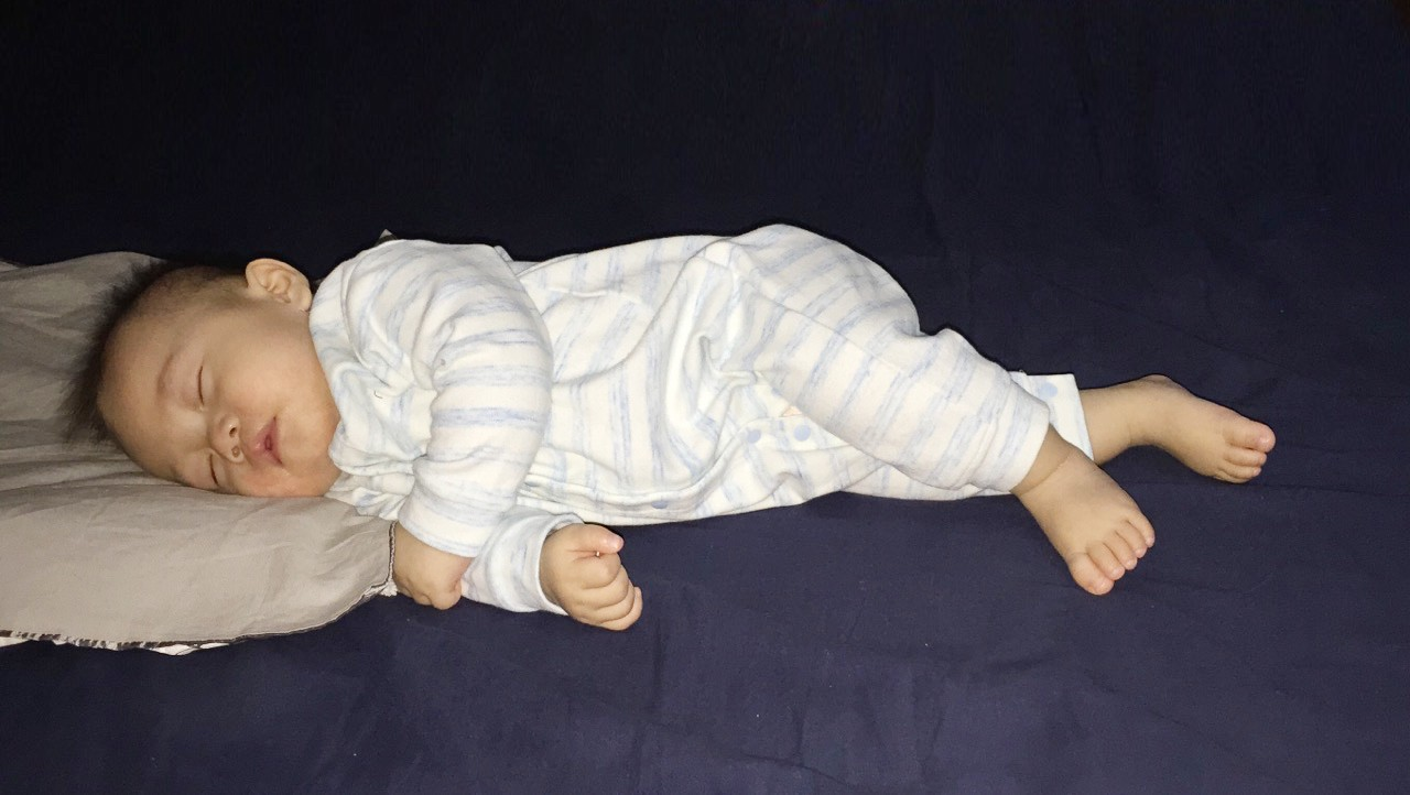 Luyện ngủ cho con từ khi mới lọt lòng, ông bố MC cùng con vi vu đi du lịch và cho bé ngủ bất kỳ đâu cũng được - Ảnh 9.