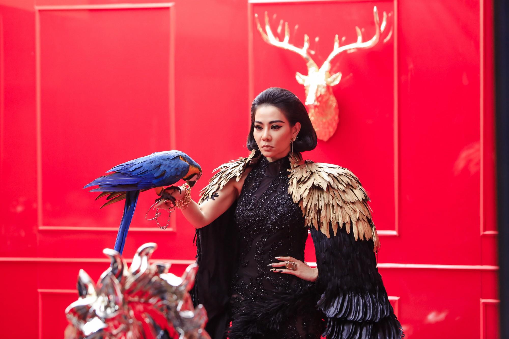 """Lộ hình ảnh sắc sảo uy quyền và bộ váy gây choáng của Thu Minh trong dự án """"kinh khủng nhất từ trước tới nay"""" - Ảnh 2."""