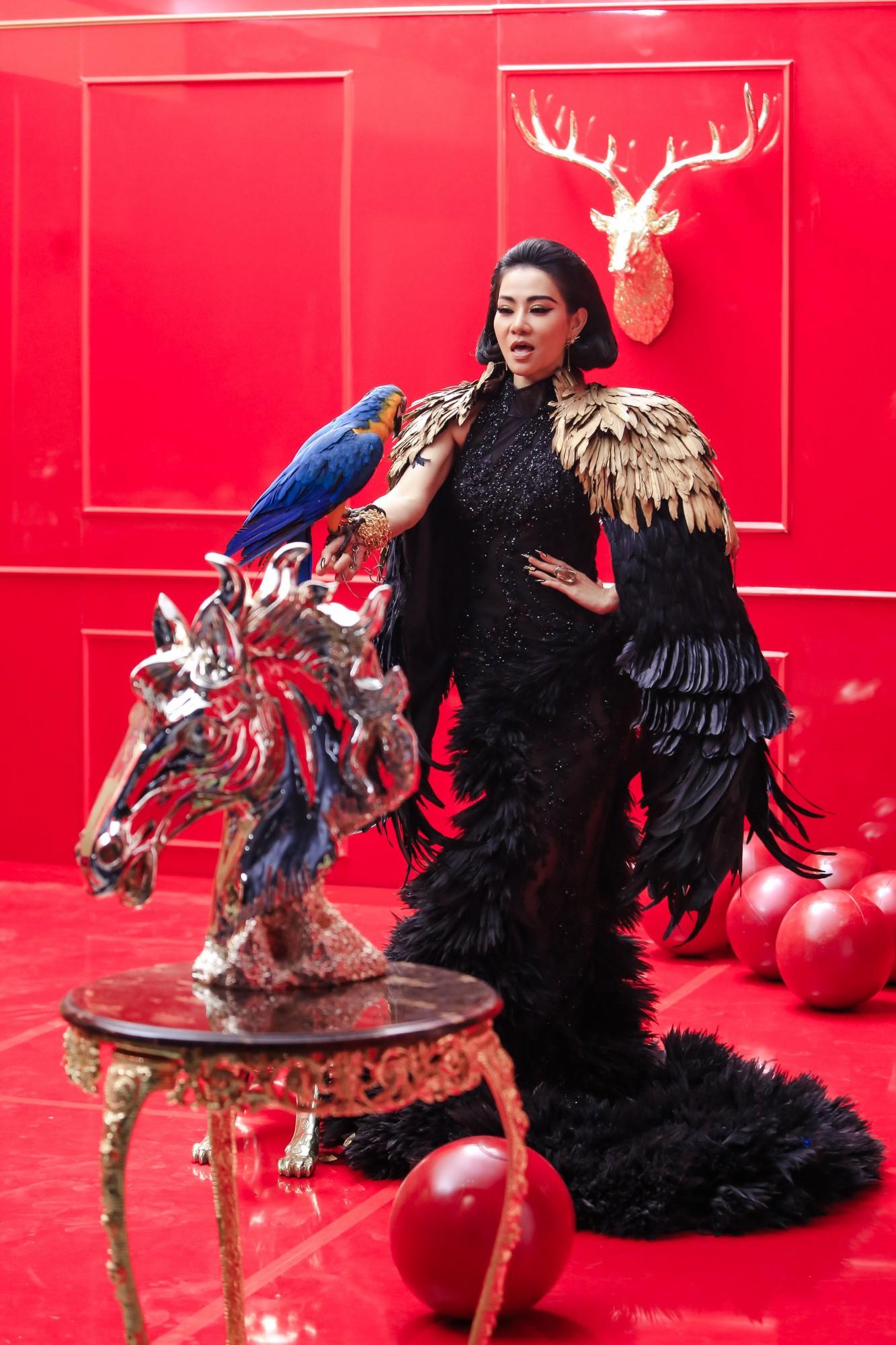 """Lộ hình ảnh sắc sảo uy quyền và bộ váy gây choáng của Thu Minh trong dự án """"kinh khủng nhất từ trước tới nay"""" - Ảnh 4."""