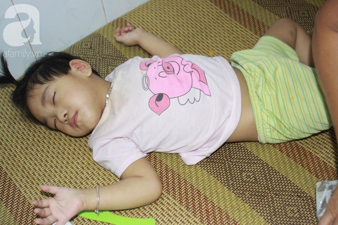 Lời khẩn cầu của người bà chăm 2 đứa cháu bị bại liệt, teo não bẩm sinh, cố giành giật sự sống từng ngày - Ảnh 1.
