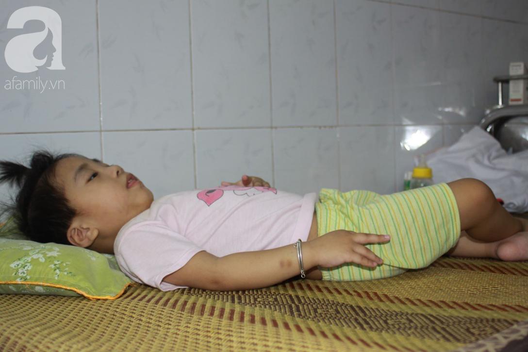 Lời khẩu cầu của người bà chăm 2 đứa cháu bị bại liệt, teo não bẩm sinh, cố giành giật sự sống từng ngày - Ảnh 6.