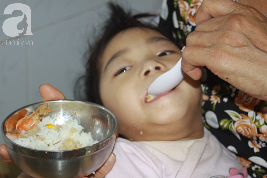 Lời khẩu cầu của người bà chăm 2 đứa cháu bị bại liệt, teo não bẩm sinh, cố giành giật sự sống từng ngày - Ảnh 3.