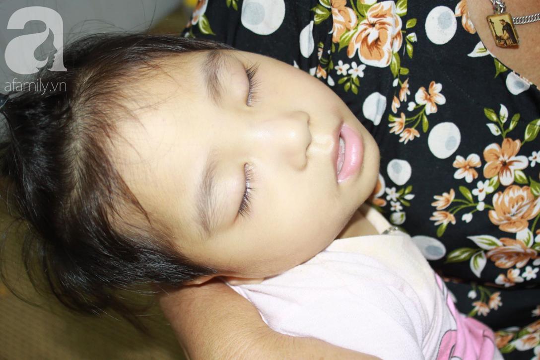 Lời khẩn cầu của người bà chăm 2 đứa cháu bị bại liệt, teo não bẩm sinh, cố giành giật sự sống từng ngày - Ảnh 2.