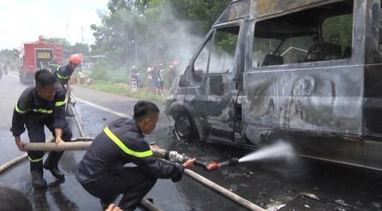 Kinh hãi cháu bé tử vong vì bị kẹt trong xe khách đang chạy bỗng bốc cháy - Ảnh 1.