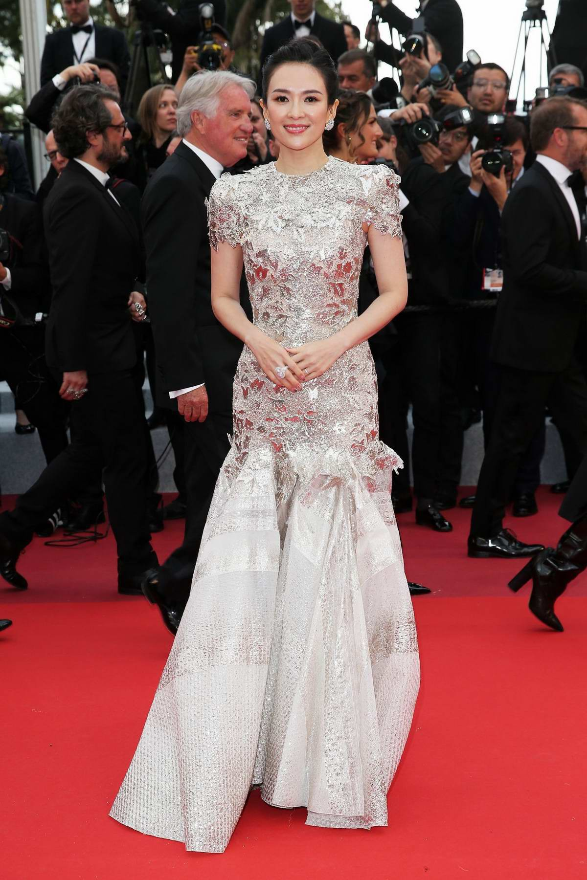 """Chẳng cần chiêu trò """"hở da thịt"""", 25 bộ cánh này vẫn được công nhận là đỉnh nhất Cannes 2019 - Ảnh 17."""