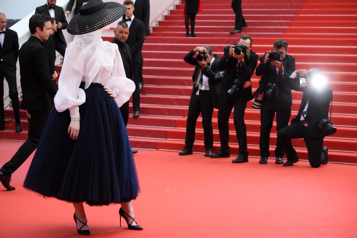 """Chẳng cần chiêu trò """"hở da thịt"""", 25 bộ cánh này vẫn được công nhận là đỉnh nhất Cannes 2019 - Ảnh 2."""