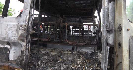 Kinh hãi cháu bé tử vong vì bị kẹt trong xe khách đang chạy bỗng bốc cháy - Ảnh 2.