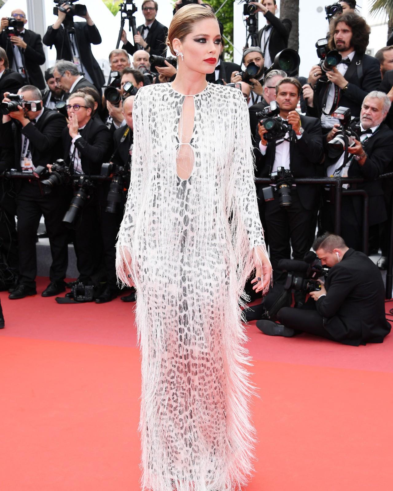"""Chẳng cần chiêu trò """"hở da thịt"""", 25 bộ cánh này vẫn được công nhận là đỉnh nhất Cannes 2019 - Ảnh 22."""