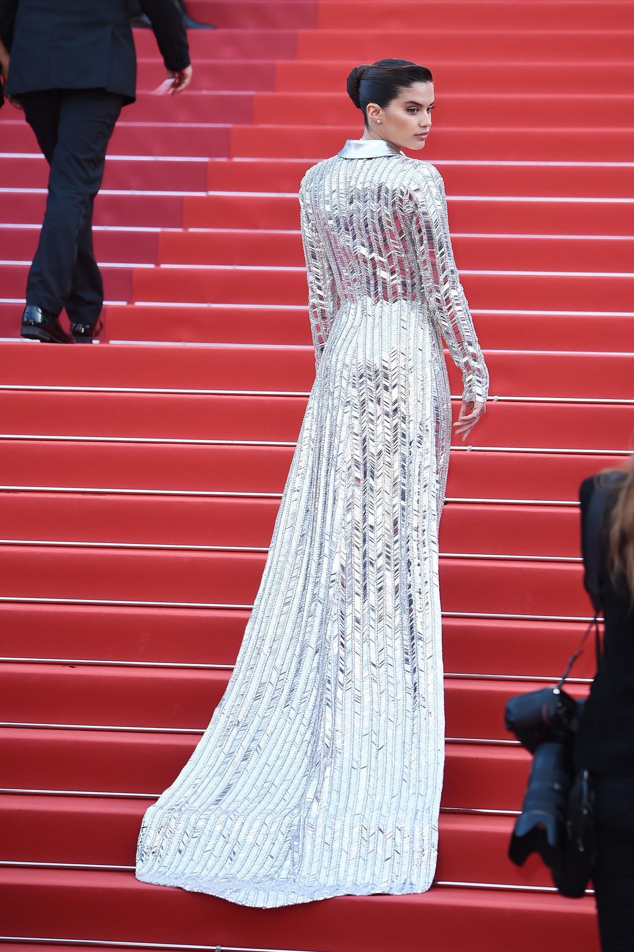 """Chẳng cần chiêu trò """"hở da thịt"""", 25 bộ cánh này vẫn được công nhận là đỉnh nhất Cannes 2019 - Ảnh 24."""