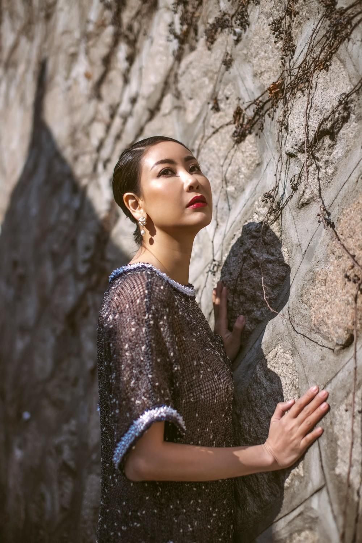 Hoa hậu Hà Kiều Anh diện áo dài khoe dáng giữa phố cổ Hàn Quốc - Ảnh 2.