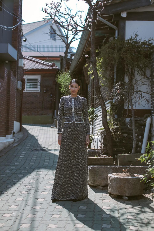 Hoa hậu Hà Kiều Anh diện áo dài khoe dáng giữa phố cổ Hàn Quốc - Ảnh 4.