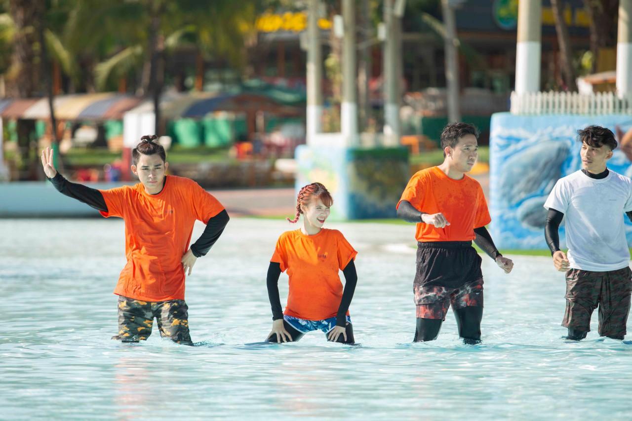 Running Man: Không thể tưởng tượng được cảnh Trấn Thành bơi đến... tụt quần, tỉnh bơ mặc lại nhưng lại là quần trái! - Ảnh 3.