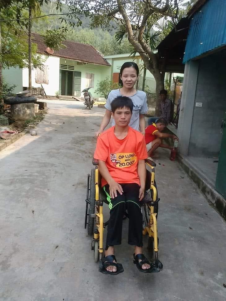 Chuyện tình cổ tích của người chồng liệt 2 chân và vợ mù: Em sẽ làm đôi chân cho chồng để đi hết cuộc đời còn lại - Ảnh 2.