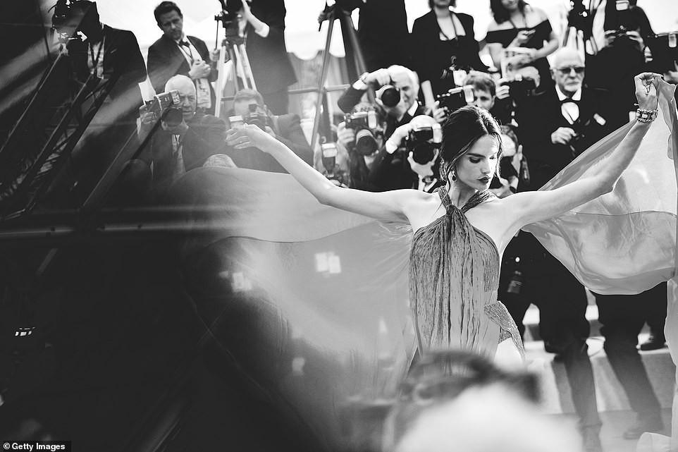 Top khoảnh khắc đắt giá nhất Cannes 2019: Dàn mỹ nhân 9X bất ngờ chiếm đa số, Selena và cặp đôi Brooklyn ấn tượng mạnh - Ảnh 15.