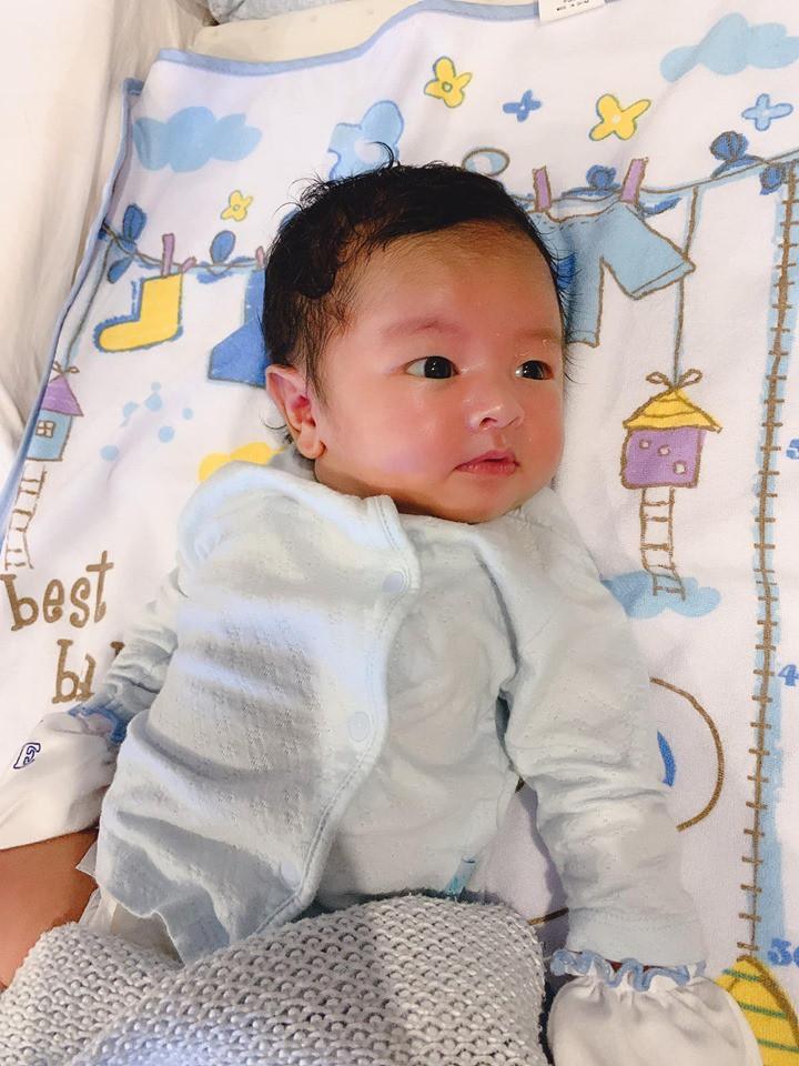 Lần đầu khoe con trai nhỏ mới sinh, anh trai Bảo Thy khiến bao người ghen tị vì cu Kem hot boy từ trong trứng - Ảnh 1.