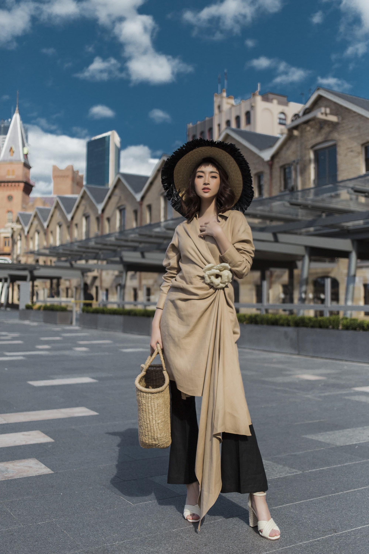 Chị em Hoa hậu Mỹ Linh - Tiểu Vy khiến ai cũng ngoái nhìn khi cùng dạo bước trên đường phố Sydney  - Ảnh 7.