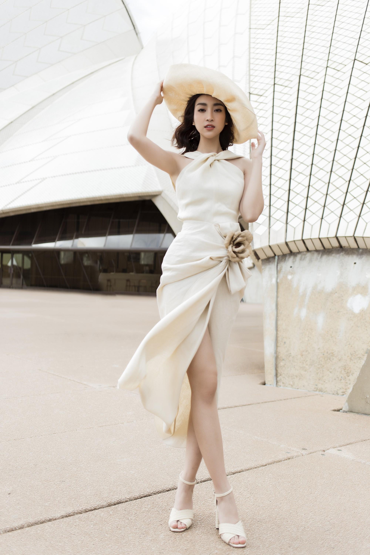 Chị em Hoa hậu Mỹ Linh - Tiểu Vy khiến ai cũng ngoái nhìn khi cùng dạo bước trên đường phố Sydney  - Ảnh 14.