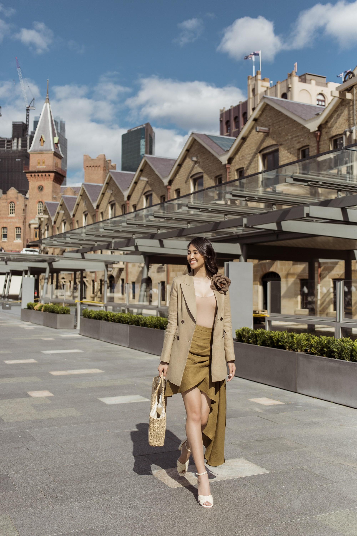 Chị em Hoa hậu Mỹ Linh - Tiểu Vy khiến ai cũng ngoái nhìn khi cùng dạo bước trên đường phố Sydney  - Ảnh 9.