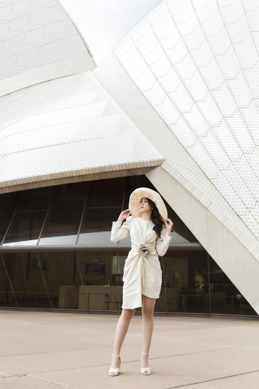 Chị em Hoa hậu Mỹ Linh - Tiểu Vy khiến ai cũng ngoái nhìn khi cùng dạo bước trên đường phố Sydney  - Ảnh 16.