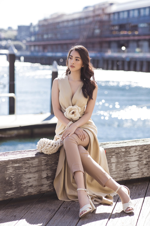 Chị em Hoa hậu Mỹ Linh - Tiểu Vy khiến ai cũng ngoái nhìn khi cùng dạo bước trên đường phố Sydney  - Ảnh 12.
