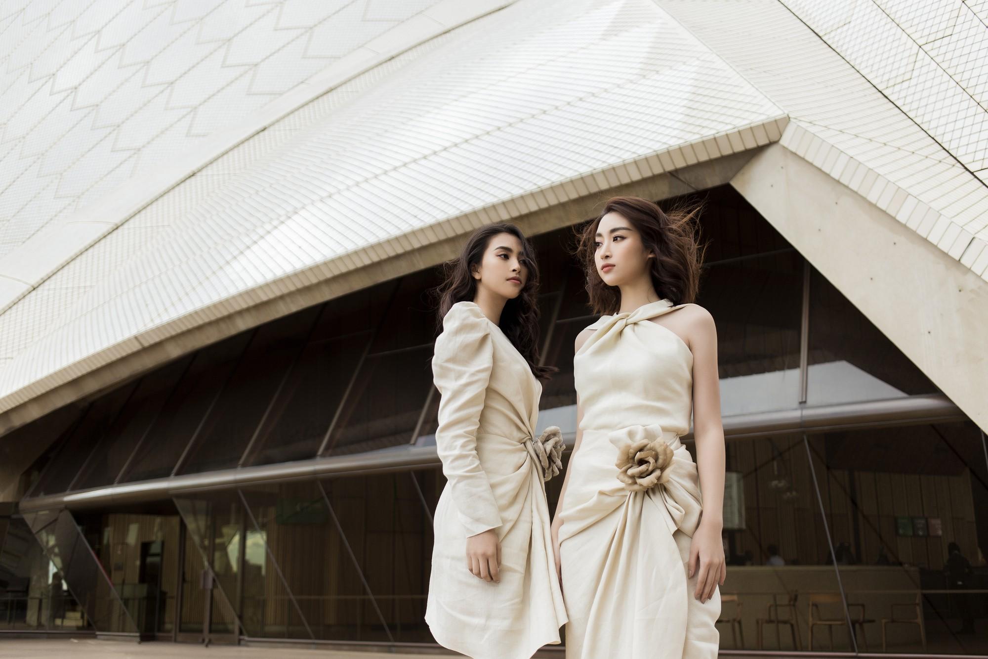 Chị em Hoa hậu Mỹ Linh - Tiểu Vy khiến ai cũng ngoái nhìn khi cùng dạo bước trên đường phố Sydney  - Ảnh 2.