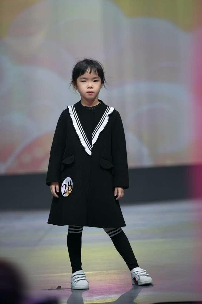 Con gái Huỳnh Dịch bộc lộ tài năng người mẫu sớm