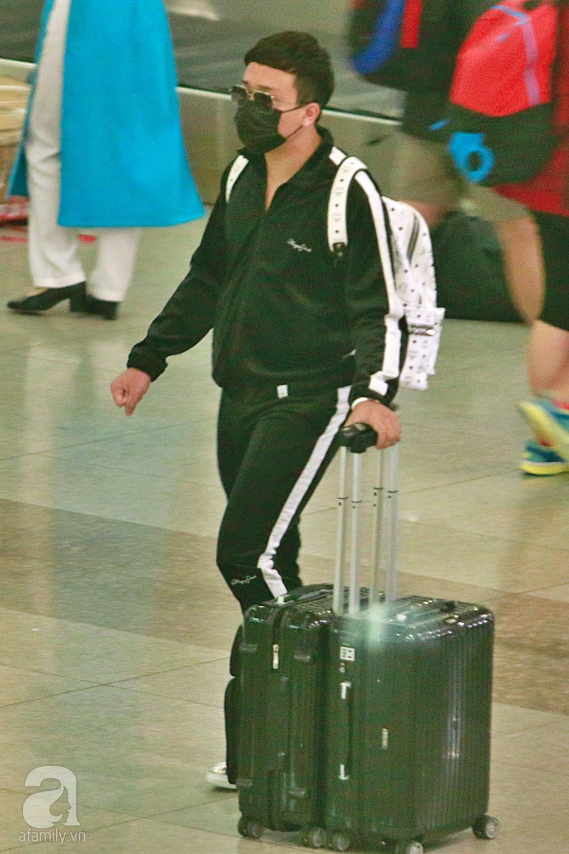 Vợ chồng Trấn Thành - Hari Won đeo khẩu trang kín mít xuất hiện tại sân bay lúc đêm muộn  - Ảnh 1.