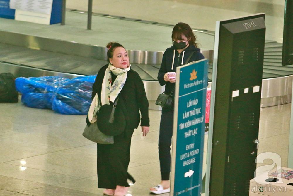 Vợ chồng Trấn Thành - Hari Won đeo khẩu trang kín mít xuất hiện tại sân bay lúc đêm muộn  - Ảnh 2.