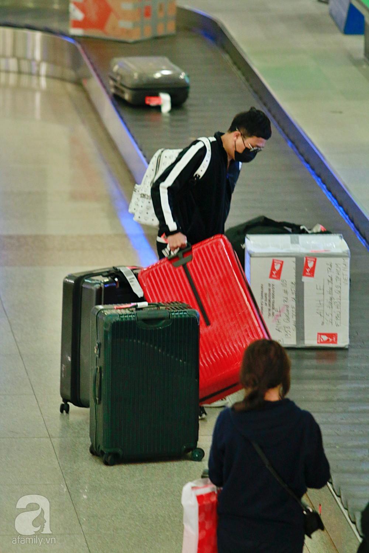Vợ chồng Trấn Thành - Hari Won đeo khẩu trang kín mít xuất hiện tại sân bay lúc đêm muộn  - Ảnh 3.