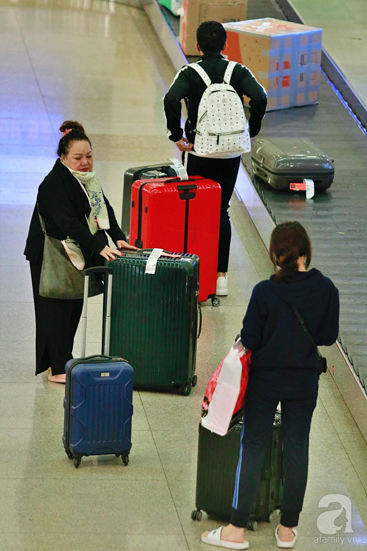 Vợ chồng Trấn Thành - Hari Won đeo khẩu trang kín mít xuất hiện tại sân bay lúc đêm muộn  - Ảnh 4.