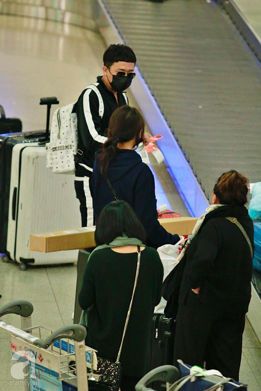 Vợ chồng Trấn Thành - Hari Won đeo khẩu trang kín mít xuất hiện tại sân bay lúc đêm muộn  - Ảnh 5.