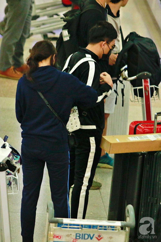 Vợ chồng Trấn Thành - Hari Won đeo khẩu trang kín mít xuất hiện tại sân bay lúc đêm muộn  - Ảnh 6.