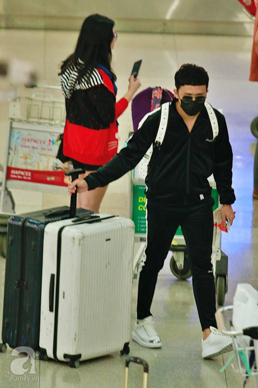 Vợ chồng Trấn Thành - Hari Won đeo khẩu trang kín mít xuất hiện tại sân bay lúc đêm muộn  - Ảnh 7.
