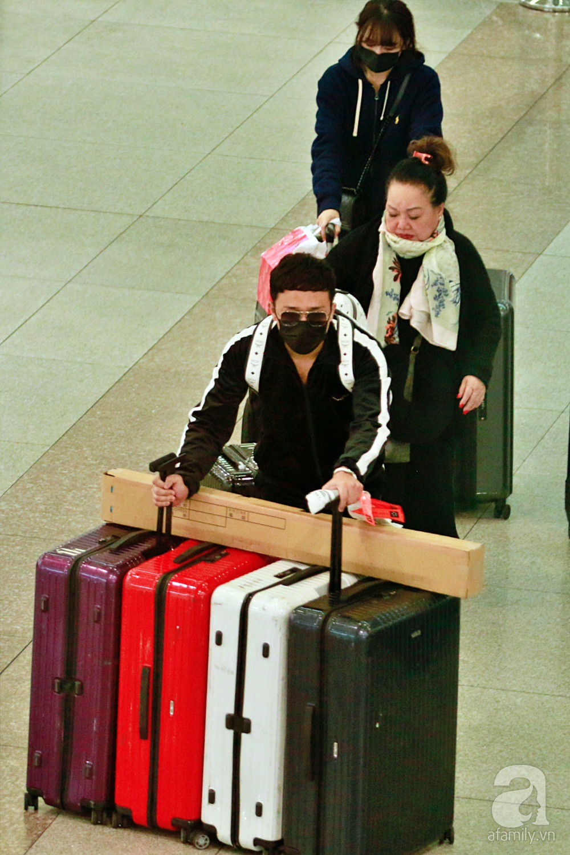 Vợ chồng Trấn Thành - Hari Won đeo khẩu trang kín mít xuất hiện tại sân bay lúc đêm muộn  - Ảnh 8.