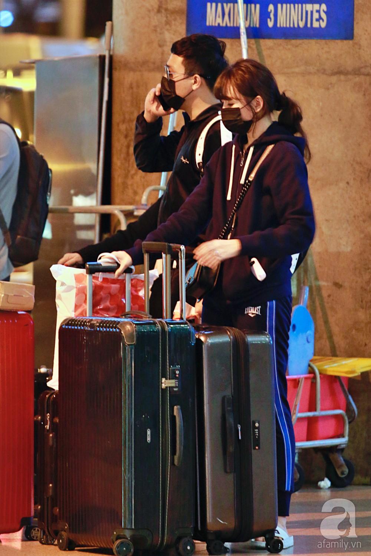Vợ chồng Trấn Thành - Hari Won đeo khẩu trang kín mít xuất hiện tại sân bay lúc đêm muộn  - Ảnh 9.
