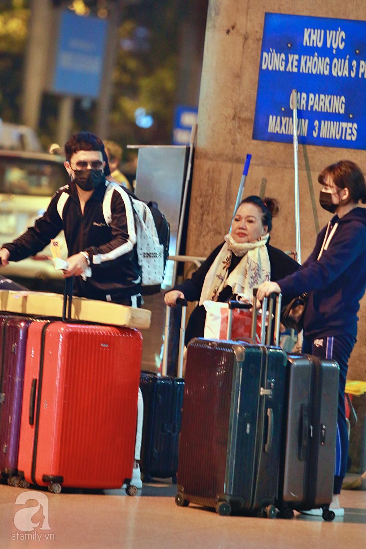 Vợ chồng Trấn Thành - Hari Won đeo khẩu trang kín mít xuất hiện tại sân bay lúc đêm muộn  - Ảnh 10.