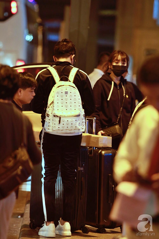 Vợ chồng Trấn Thành - Hari Won đeo khẩu trang kín mít xuất hiện tại sân bay lúc đêm muộn  - Ảnh 11.