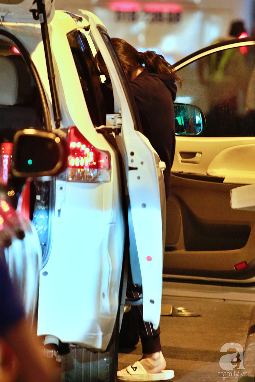 Vợ chồng Trấn Thành - Hari Won đeo khẩu trang kín mít xuất hiện tại sân bay lúc đêm muộn  - Ảnh 13.