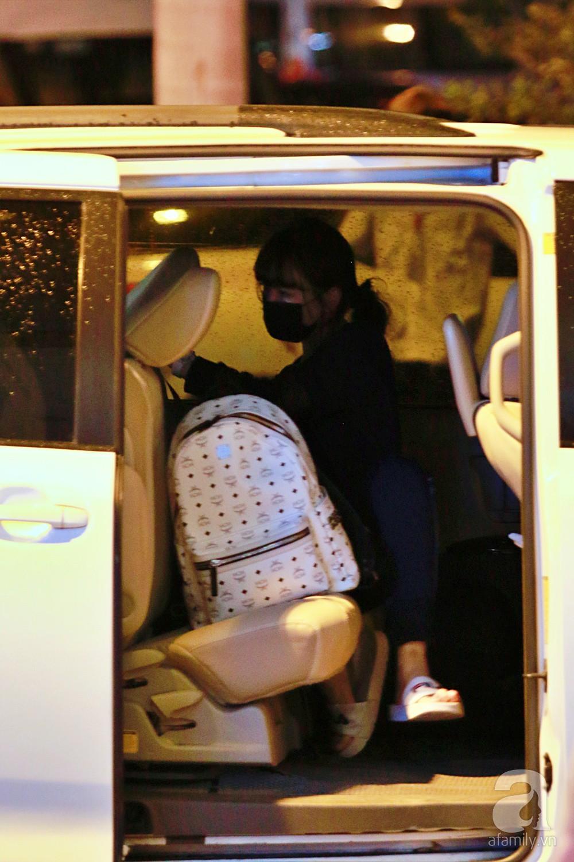 Vợ chồng Trấn Thành - Hari Won đeo khẩu trang kín mít xuất hiện tại sân bay lúc đêm muộn  - Ảnh 15.
